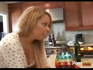 Жену трахает друг на кухне инфу!